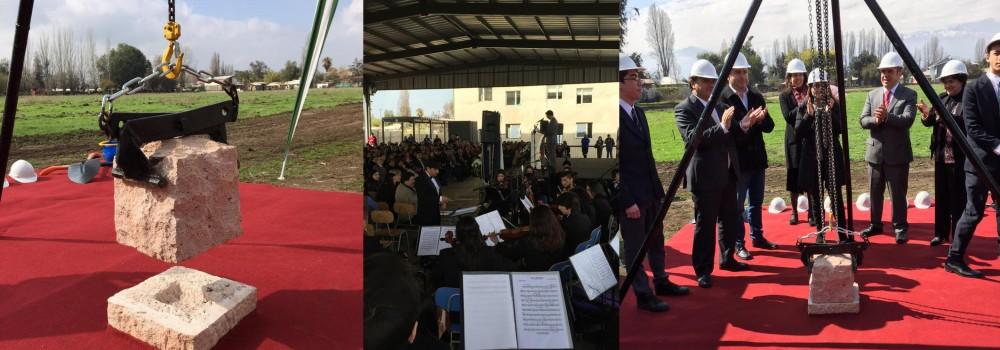 Alcalde Mario Olavarría pone primera piedra de campo deportivo Santa Marta de Liray